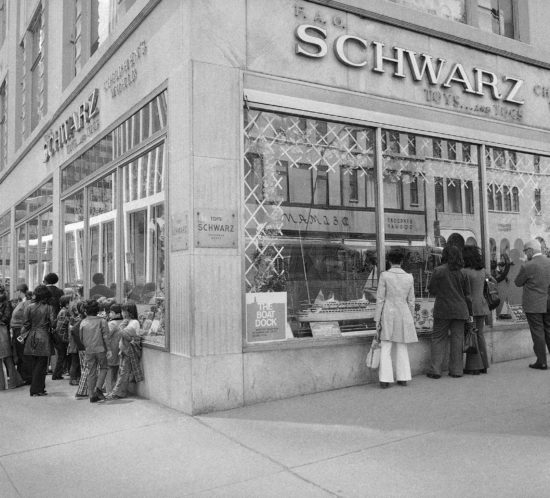 Outside the FAO Schwarz toy store in 1973 in black and white.